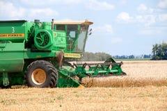 JÁRKOV, UCRANIA - 12 DE JULIO DE 2011: Cosecha del campo de trigo en Járkov Oblast en la Ucrania Fotos de archivo