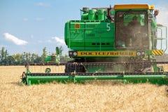 JÁRKOV, UCRANIA - 12 DE JULIO DE 2011: Cosecha del campo de trigo en Járkov Oblast en la Ucrania Imágenes de archivo libres de regalías