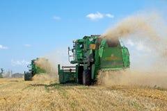 JÁRKOV, UCRANIA - 12 DE JULIO DE 2011: Cosecha del campo de trigo en Járkov Oblast en la Ucrania Fotografía de archivo libre de regalías