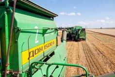 JÁRKOV, UCRANIA - 12 DE JULIO DE 2011: Cosecha del campo de trigo en Járkov Oblast en la Ucrania Imagenes de archivo