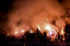 Járkov, UCRANIA - 15 de noviembre de 2016: Fuegos artificiales a del arnés de Ultras Imágenes de archivo libres de regalías