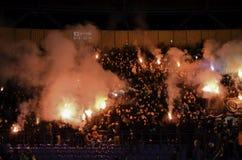 Járkov, UCRANIA - 15 de noviembre de 2016: Fuegos artificiales a del arnés de Ultras Fotografía de archivo libre de regalías