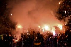 Járkov, UCRANIA - 15 de noviembre de 2016: Fuegos artificiales a del arnés de Ultras Foto de archivo libre de regalías