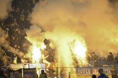 Járkov, UCRANIA - 15 de noviembre de 2016: Fuegos artificiales a del arnés de Ultras Fotos de archivo libres de regalías