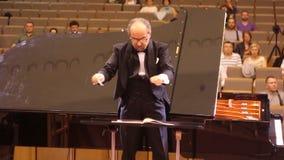JÁRKOV, UCRANIA, el 15 de mayo de 2018: Concierto de la orquesta sinfónica Kapellmeister almacen de video
