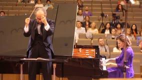 JÁRKOV, UCRANIA, el 15 de mayo de 2018: Concierto de la orquesta sinfónica kapellmeister y pianista metrajes