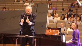 JÁRKOV, UCRANIA, el 15 de mayo de 2018: Concierto de la orquesta sinfónica kapellmeister y pianista almacen de video