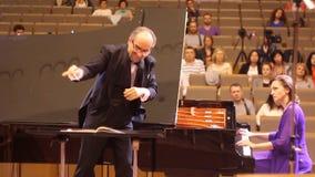 JÁRKOV, UCRANIA, el 15 de mayo de 2018: Concierto de la orquesta sinfónica kapellmeister y pianista almacen de metraje de vídeo