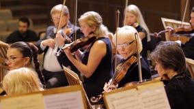JÁRKOV, UCRANIA, el 15 de mayo de 2018: Concierto de la orquesta sinfónica violines almacen de video