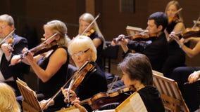 JÁRKOV, UCRANIA, el 15 de mayo de 2018: Concierto de la orquesta sinfónica violines almacen de metraje de vídeo