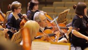 JÁRKOV, UCRANIA, el 15 de mayo de 2018: Concierto de la orquesta sinfónica violines metrajes