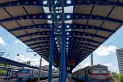 Járkov, Ucrania, junio de 2018: Plataformas del ferrocarril con los trenes Calendario del día de verano Llegada y salida de lanza foto de archivo libre de regalías