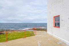Jølnes latarnia morska na zewnątrz BerlevÃ¥g w Finnmark, Norwegia zdjęcia stock