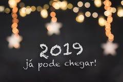 2019 jà ¡ pode chegar w czarnym tle z zamazanymi światłami i gwiazdami obrazy stock
