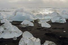 JökursÃ-¡ rlà ³ n: der Strand von icerberg, von Eis und von Kälte Lizenzfreie Stockfotos