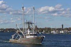 Jägare för förmögenhet för fiskeskyttel med den Fairhaven bakgrunden Arkivfoto