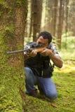 Jägare i skogen Fotografering för Bildbyråer
