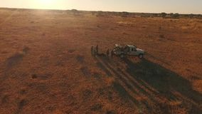 Jägare lastar av bilen i savannahen av Namibia arkivfilmer
