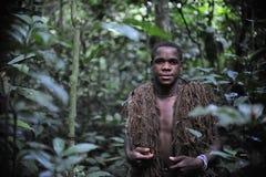 Jägare-pygmén med ett netto, innan att jaga På November 2, 2008 i Centralafrikanska republiken Royaltyfri Fotografi