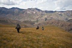 Jägare tre hästar gick tillbaka med en trofé efter en jakt Royaltyfri Bild