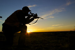 jägaregevärsoluppgång Royaltyfri Bild