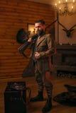 Jägareman i tappningkläder med det antika geväret Royaltyfria Bilder