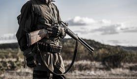 Jägareman Jaga period, höstsäsong Man med ett vapen Jägare med en ryggsäck och ett jaga vapen En jägare med a royaltyfri foto