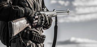 Jägareman Jaga period, höstsäsong Mannen är på jakten Jägare med en ryggsäck och ett jaga vapen Man med a arkivbilder