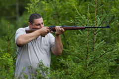 Jägaren som siktar från ett gevär royaltyfri fotografi