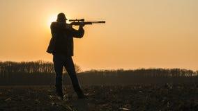 Jägaren tar syfte och är klar att skjuta royaltyfria bilder