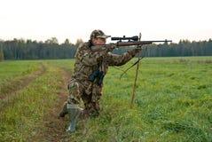 Jäger auf einem Knie lizenzfreie stockbilder