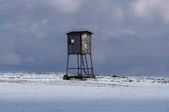 Jäger, der auf Achterbahnen auf einem schneebedeckten Gebiet aufwirft Lizenzfreie Stockfotos