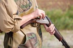 Jäger, der die Gewehr vor der Jagd lädt Lizenzfreies Stockbild