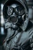 Jäger in der Gasmaske, Strahlungsgefahr lizenzfreies stockbild
