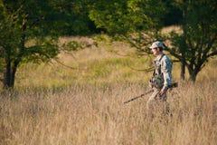 Jäger in der Landschaft Lizenzfreie Stockfotos