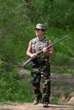 Jäger, der mit Gewehr geht Stockbilder