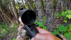 Jäger, der mit Schrotflinte 4k zielt stock video footage
