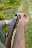 Jäger, der seine Waffe lädt Stockfoto