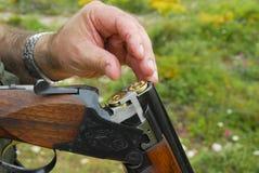 Jäger, der seine Waffe lädt Lizenzfreie Stockfotografie