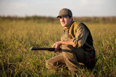 Jäger, der still auf die Jagd wartet Stockfotografie