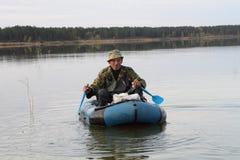 Jäger in einem Boot Stockbilder