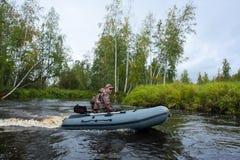 Jäger im Motorboot Stockfotografie