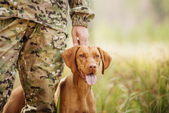 Jäger mit einem Hund auf dem Wald stockfotografie