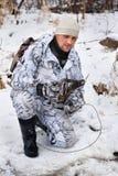 Jäger mit einer Falle in den Händen Lizenzfreie Stockbilder