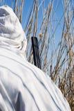 Jäger mit einer Gewehr im Hinterhalt Stockfotos
