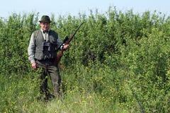 Jäger mit Gewehr Stockbild