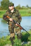 Jäger mit Gewehrgewehr Stockfoto