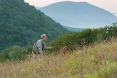 Jäger mit Hund in der Landschaft Stockfotografie
