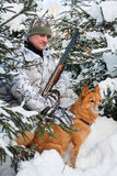 Jäger mit Hund während des Restes Stockfoto