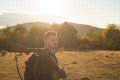 Jäger mit Schrotflintengewehr auf Jagd Jagd der Ausrüstung für Verkauf Gebirgsjagd stockbilder